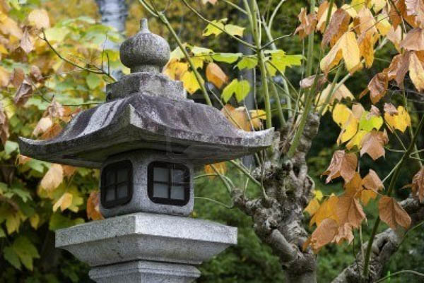 steen-lantaarn-in-japanse-tuin-in-de-herfst-kyoto-japan