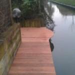 vlonder aan water in tuin